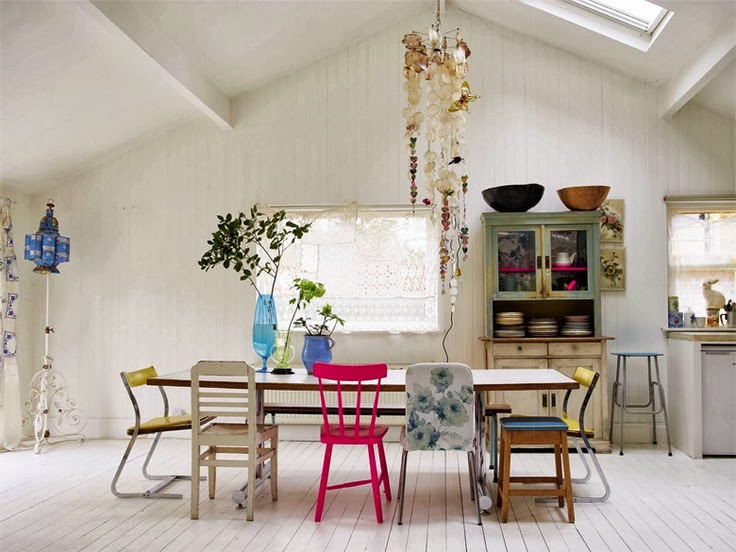 Mismatched Chairs Chaises Depareillees Tendance Deco Chaise Rose