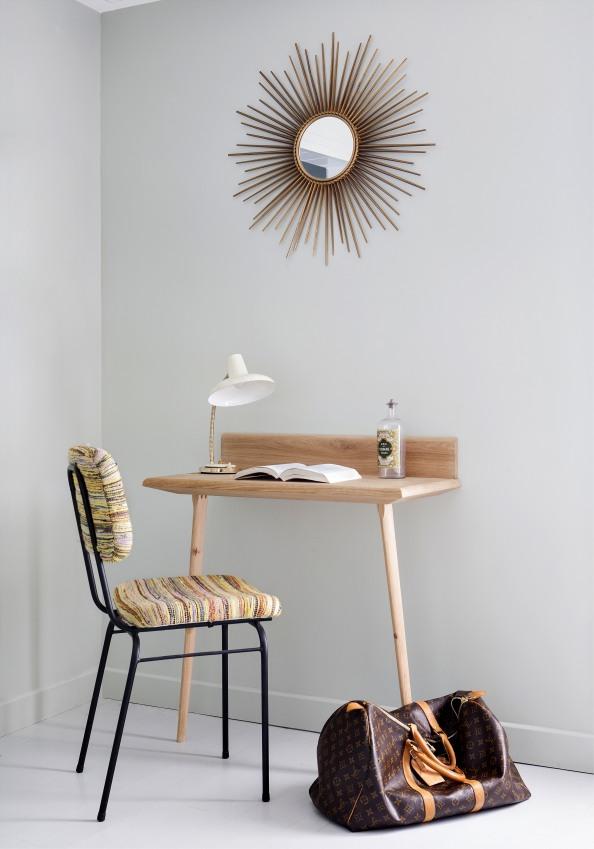 chaise-retro-avec-un-bureau-en-bois-hotel-henriette-a-paris-sizel-158351-1200-849
