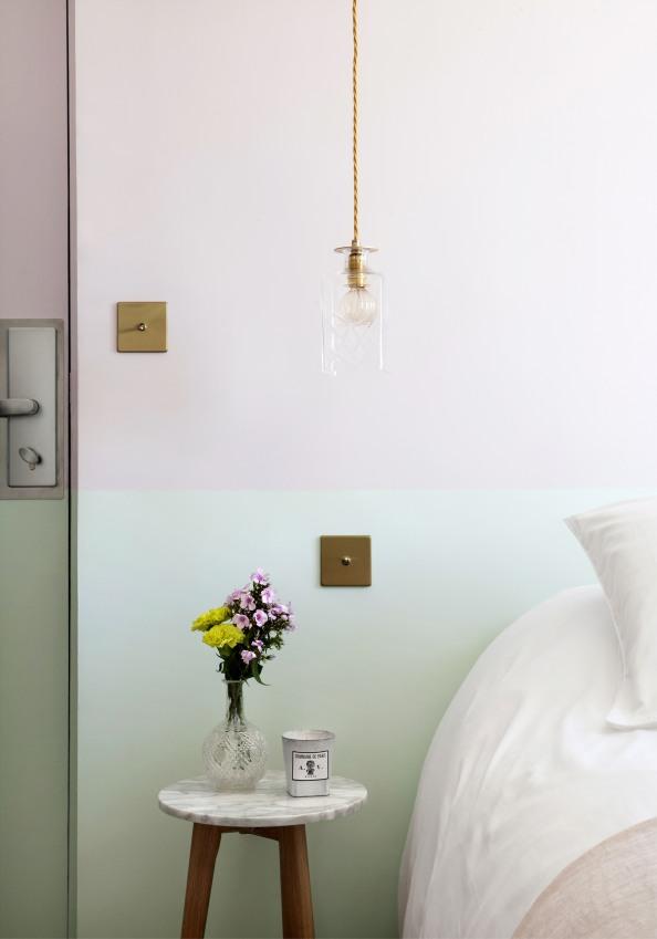 hotel-henriette-gobelins-gros-plan-d-un-cote-d-un-lit-avec-un-vase-fleuri-pose-a-cote-les-couleurs-du-murs-sont-pastels-rose-et-vert-sizel-158201-1200-849