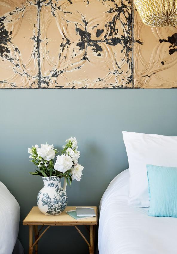 hotel-henriette-gros-plan-d-un-cote-d-un-lit-avec-un-vase-fleuri-pose-a-cote-sizel-158141-1200-849