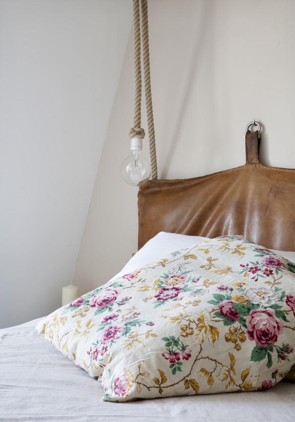 romantique-chambre-de-l-hotel-henriette-a-paris-housse-de-couette-fleurie-avec-luminaires-tombant-au-milieu-du-lit-sizel-158171-1200-849