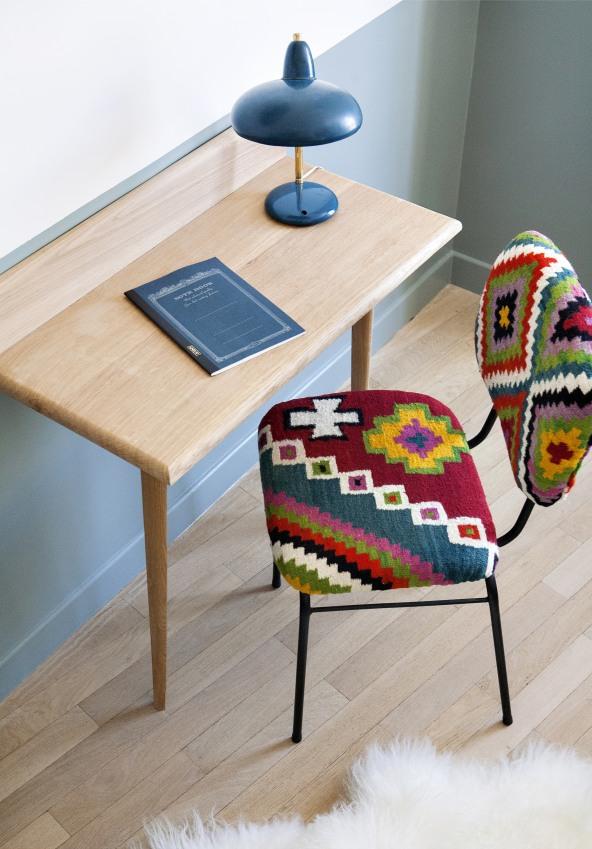 chaise-retro-de-couleurs-vives-avec-un-bureau-en-bois-de-l-une-des-chambres-de-l-hotel-henriette-a-paris-sizel-158151-1200-849