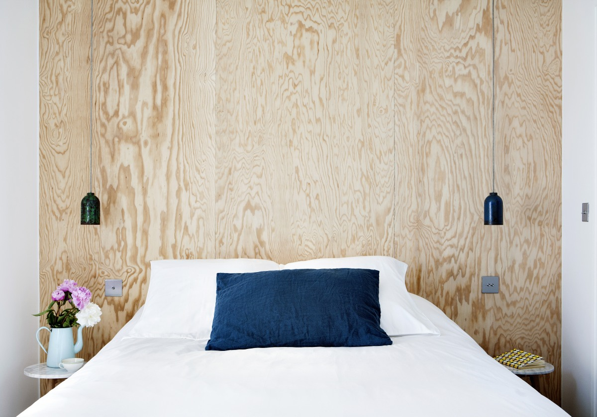 gros-plan-d-une-tete-de-lit-avec-deux-luminaires-de-chaque-cotes-de-l-une-des-chambres-de-l-hotel-henri-a-paris-sizel-158341-1200-849