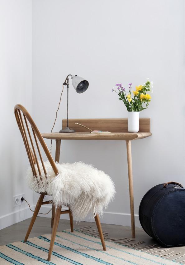 un-fauteuil-devant-un-petit-bureau-de-l-une-des-chambres-de-l-hotel-henriette-a-paris-sizel-158181-1200-849